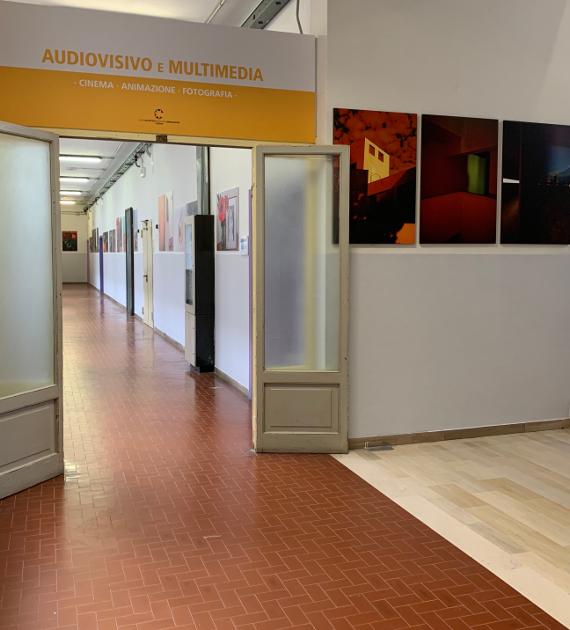 Fotografia che riproduce il corridoio della sezione di Audiovisivi e Multimedia