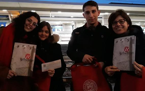 Foto di gruppo dei ragazzi e dell'insegnante che hanno partecipato all'evento.